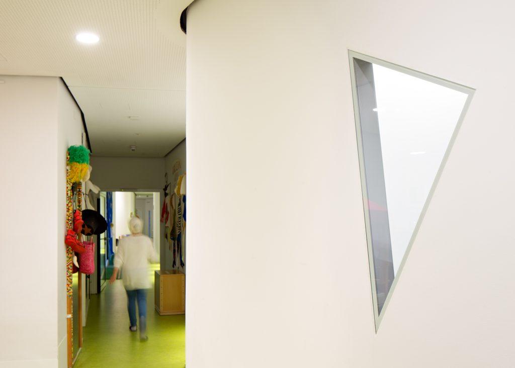 Fertigfenster für Kitas mit Schallschutz wandbündig mit der Trockenbauwand.