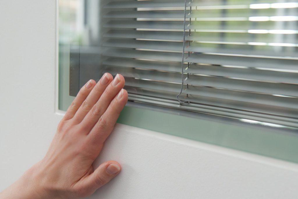 Planline: Das Fertigfenster für den Trockenbau hat in diesem Objekt eine eingebaute Sichtschutz Jalousie. Das Fertigfenster ist flächenbündig mit der Gipskartonwand.